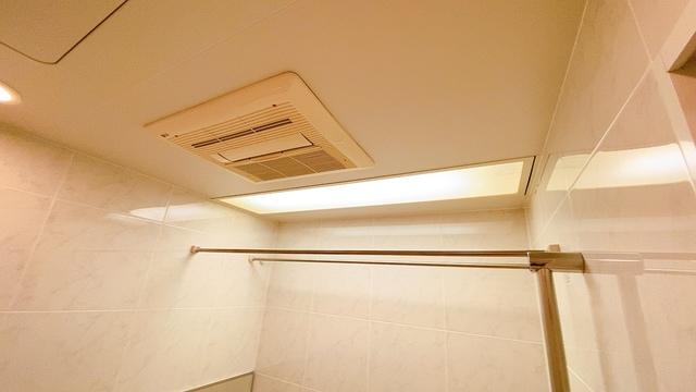 雨の日の洗濯も安心できる浴室暖房乾燥機付き浴室。浴室上部には洗濯物を掛けられる物干し竿が設置されています。