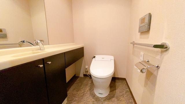 温水洗浄機付トイレです。節水機能もあるので、安心して使えますね。大型ミラーの洗面台も付いています。