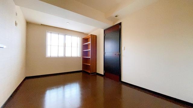 7.8帖の落ち着いた雰囲気の寝室です。大容量のクローゼットも完備しています。