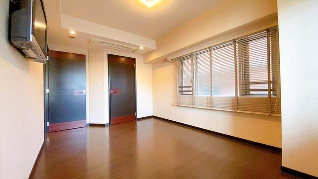 約9帖の落ち着いた雰囲気の寝室です。ダブルベッドも余裕で配置できます。大容量のウォークインクローゼットも完備しており、洋服のみならず様々な物が納められる広さです。扉付きでスッキリできます。