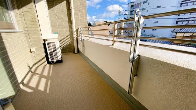 幅広のインナーバルコニーは洗濯物を守りやすく、眩しすぎる日差しも和らげます。