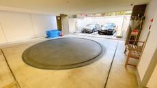 敷地内に立体駐車場を完備。転車台も完備で駐車も楽々です。