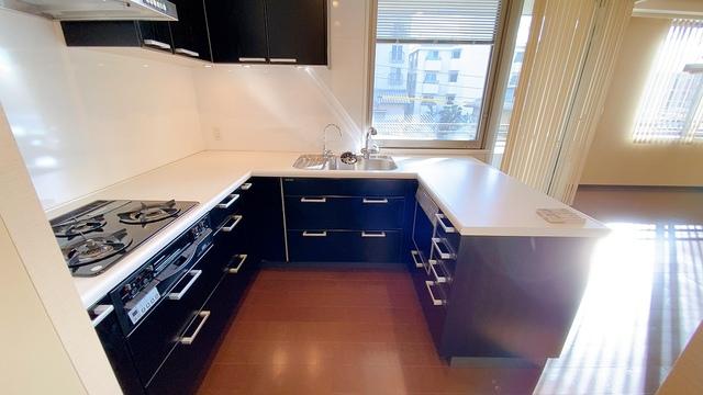 コの字型でシンク・調理台とコンロの作業スペースを確保したキッチンです。食材の準備や食器洗いなど水回りのスペースと火を使うスペースを分けることで安全面と衛生面に配慮したキッチンとなっています。