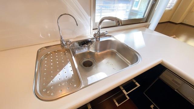 幅の広いステンレス製シンクで洗い物が楽々。シンクには普通水栓と浄水機能付き水栓が併設されています。