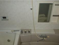 追い炊き機能付きの浴室です。浴室の中からも操作できるリモコン付きで温度調節も楽にできます。