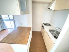 独立型のキッチンで収納も多く使いやすいキッチンです。