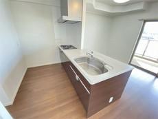 キッチンは幅広で食器棚などを設置できるスペースも確保。対面式カウンターキッチンでお子様の様子が見守れます。ステンレスのカウンタートップは耐熱性に優れておりお掃除もふき取るだけでOK。