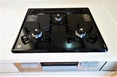 同仕様写真。3口全てに温度センサーが付き、片面焼きグリルも搭載して安全で機能的なガスコンロです。
