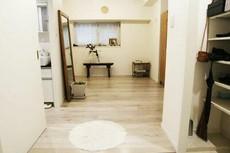 玄関には広めの収納棚があり、散らばりがちな靴や小物などもすっきり収納できます。洗面所の中には室内洗濯機置き場もあります。