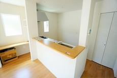 キッチン横にはスタディカウンターを設置。お子様のお勉強を見たり、趣味スペースとしてもご活用できます。