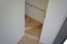 段数を通常より1段多く段差を低く設定し、より安全な階段を追求しました。勾配も緩やかに設計されており、安全性も重視。