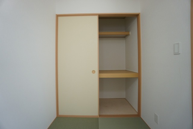 和室には押入れ付き。来客用の布団やオフシーズンの物を収納しておく場所にも使えますね。