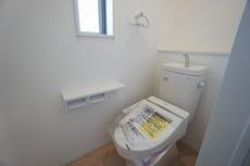 ウォシュレット付トイレです。1階2階の2ヶ所にトイレがあるので、忙しい朝にもゆとりができますね。