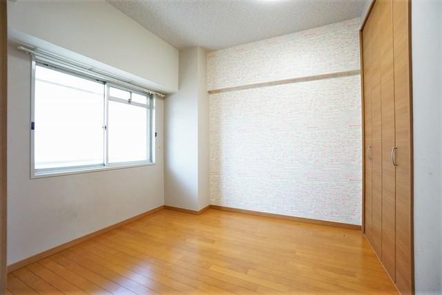 明るい洋室です。ナチュラル色のフローリングで開放的な優しい雰囲気になっています。