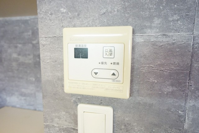 給湯器リモコンはキッチン横からボタンひとつで操作が楽々。