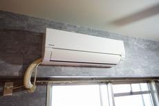 リビングと隣室に1台ずつエアコンを完備しています。