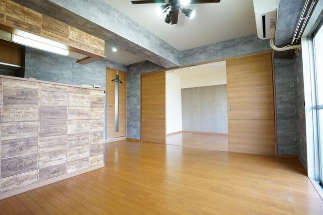 リビングは広々とした設計で、家族が集い、寛ぐ暮らしの空間を演出しています。隣の居室を合わせると大空間となります。