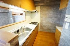 対面式カウンターキッチンでお子様の様子が見守れます。対面にはキッチンボードもあり、何かと増えるキッチン周りの収納に便利です。