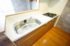 調理や炊事の効率が良くなるように広々としたステンレスシンクを採用しています。上下に収納もあり使い勝手の良いキッチンです。