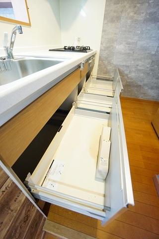 カウンター上下に収納が付いるので何かと増えるキッチン用品の収納に大活躍。使い勝手の良いキッチンで家事の効率も良い設計になっております。