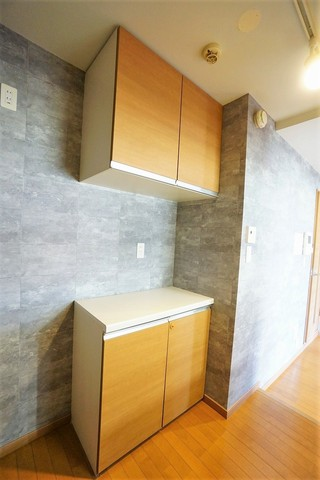 キッチンの対面には大型のキッチンボードが設置されています。食器の収納はもちろん、作業台に使ったりやレンジなどの家電の配置にも使え大変便利です。