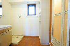 バスルームを含む洗面スペースは広々設計。