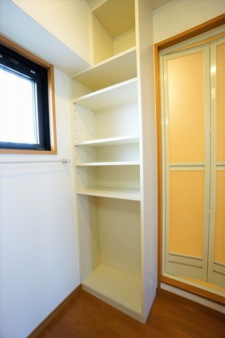 洗濯機置場の前には収納棚もあり洗剤やタオルなどの収納に便利です。