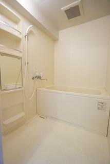 ホワイトで統一されたバスルームで清潔感を保てます。洗い場はミラー付きで上部にはシャンプーなど必要なものが収納できるようになっています。ミラバス付です。