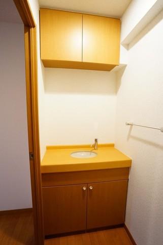 便器の対面に洗面台と上下に収納棚を完備。便利な設計です。