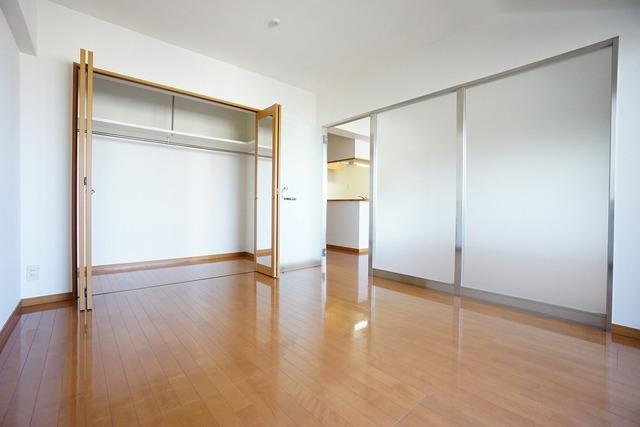 リビング隣の洋室です。バルコニーに面しているので昼間は照明が要らないほどの明るい室内です。収納も大容量です。