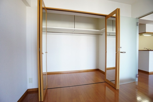 洋室のクローゼットは大容量。奥行きもあるので収納ケースが楽々収納できます。扉には大型のミラー付きで毎日のコーディネートが楽しくなります。