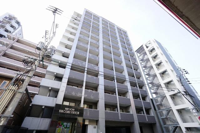 JR箱崎駅そばで都心へのアクセス良好。スーパーやコンビニなども近く周辺環境充実。快適でゆとりのある生活空間で新生活を始めましょう