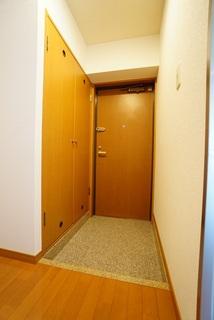 木目調の明るい玄関です。シューズボックスは大容量で増えがちな靴や物をすっきり収納できます。