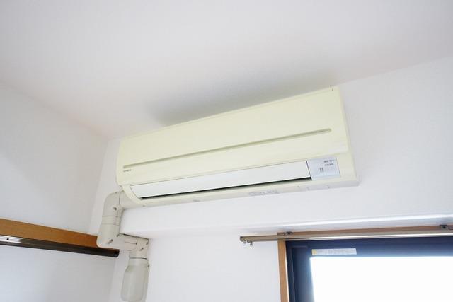 リビングと洋室にエアコンを1台ずつ完備しています。