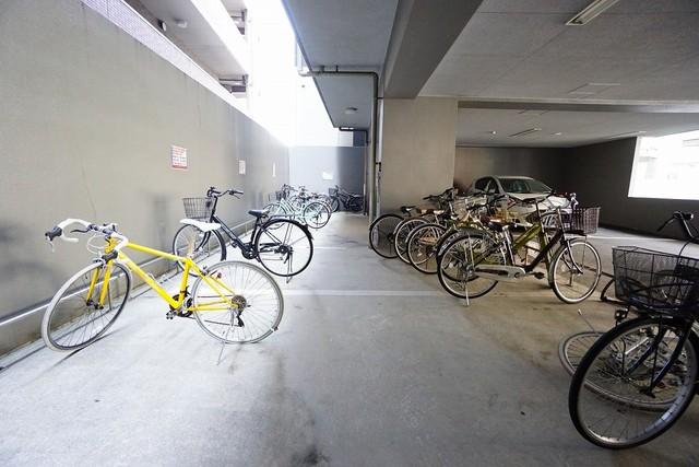 1階駐車場奥に駐輪場も完備。