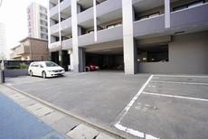 敷地内に平置き駐車場を完備。空き状況はお問い合わせください。
