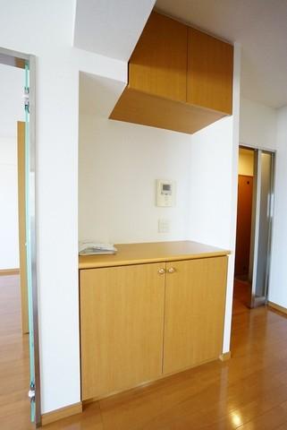 キッチン横には収納付きの台もあり、電話やパソコンを置くちょっとした作業台に便利ですね。