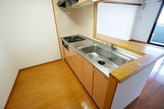 対面式カウンターキッチンでお子様の様子が見守れます。キッチンは幅広で食器棚などを設置できるスペースも確保。収納も沢山あり家事の効率の良い設計になっております。