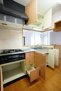 カウンター上下と対面上部に収納が付いるので何かと増えるキッチン用品の収納に大活躍。使い勝手の良いキッチンで家事の効率も良い設計になっております。