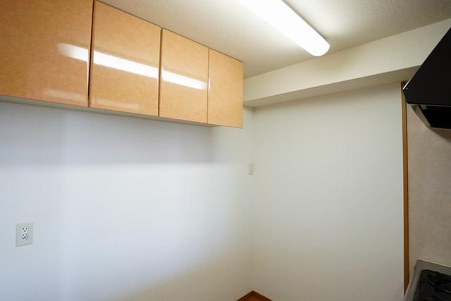 カウンター対面の上部収納。この収納の下にキッチンボードなどを設置すれば更に使い勝手の良いキッチンになりますね。