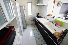 対面式カウンターキッチンでお子様の様子が見守れます。キッチンは幅広で食器棚などを設置できるスペースも確保。使い勝手の良いキッチンで家事の効率も良い設計になっております。