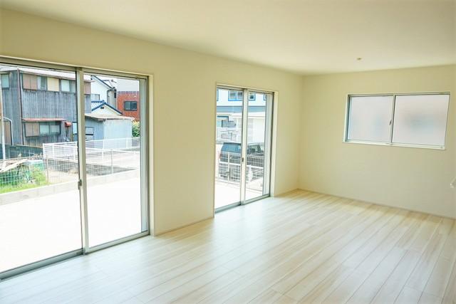 南向きのリビングで日当たり良好。窓には断熱性・保温性にすぐれ、省エネ効果のあるペアガラスを採用。冬には結露を防止します。