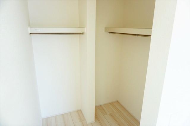 収納量たっぷりのクローゼット付です。ハンガーパイプ付で散らかりがちな洋服類もきれいに整理できます。使用頻度が少ないものは枕棚の上に、足元には3段ボックスを置いて、フル活用できるクローゼットです^^