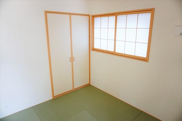 リビング隣には、ホッとできる和室を用意。お子様のお昼寝スペースや書斎としてなど、いろいろとお使い頂けます。