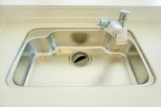 大きな鍋などもラクラク洗えるワイドサイズを採用。排水口が奥なので水の流れもスムーズです。浄水器内蔵型シャワー水栓つき。