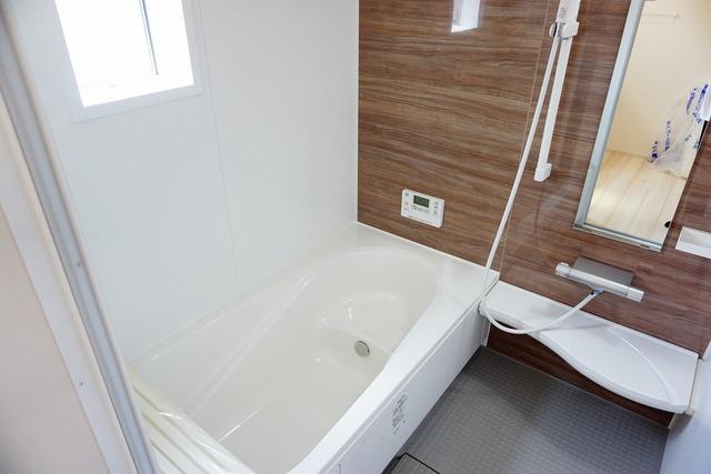 ゆったり入れる浴槽は一日の疲れを癒してくれる、一坪サイズのバスルーム。乾燥機付きなので、雨の日の洗濯物や、部屋干しの衣類等の乾燥に活躍します。