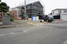 広々した前面道路は、駐車もらくらく。敷地面積50坪以上。
