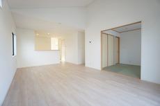 LDKに隣接している和室はLDKと玄関側の両方から出入りできます。