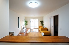 対面式キッチンを中心としたリビングダイニングで家族の会話が弾みそうです。
