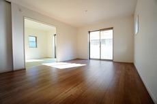 同仕様写真。窓ガラスは日射熱や紫外線を大幅にカットできる遮熱Low-e複層ガラスを採用し良質な室内環境と冷暖房負担の軽減を実現します。